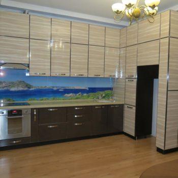 Кухня. Лакированные фасады в металлическом канте, автоматические доводчики закрывания дверей, открывание от нажатия и ещё много интересных функций