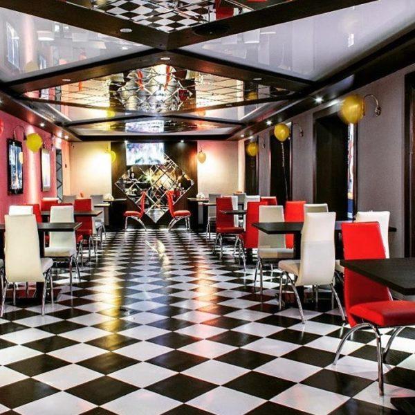 Невероятно стильный интерьер бара в развлекательном комплексе @paradise_219 дополняют стулья, изготовленные специально под заказ для наших клиентов в разных цветах
