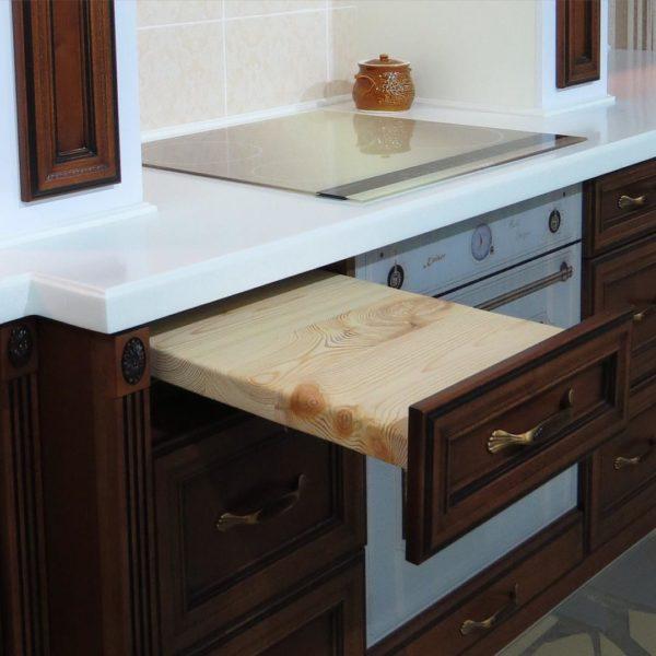 Выдвижная доска для резки хлебобулочных изделий, изготовленная из натурального дерева, а значит — экологически чистая! Такие мелочи делают работу на кухне приятной!