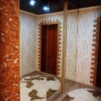 Зеркальная гардеробная визуально увеличит пространство в комнате. А за ней прячется множество полочек и вешалок для удобства. Встроенные гардеробные на заказ в нашем салоне