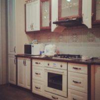 Белая кухня с вставками коричневого цвета Оклахома-Сити в Петропавловске