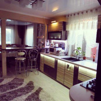 Бежево-коричневая угловая кухня с барной стойкой Колорадо-Спрингс в Петропавловске