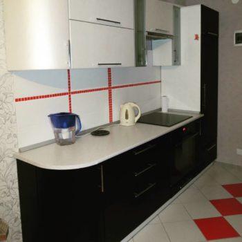 Чёрно-белая линейная кухня Тусон в Петропавловске