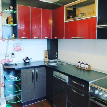 Чёрно-красная кухня Фресно в Петропавловске